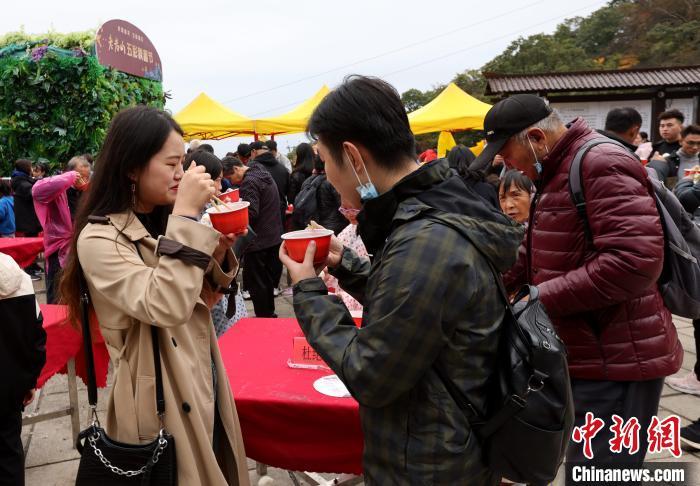 游客品尝一元午餐 王中举 摄